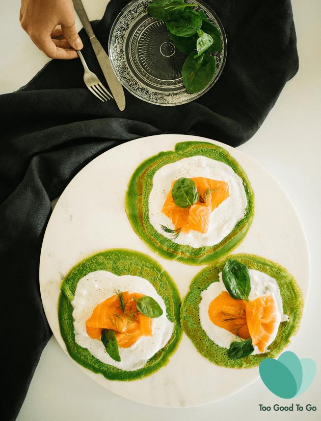 Groene pannenkoeken met geitenkaas en gerookte zalm