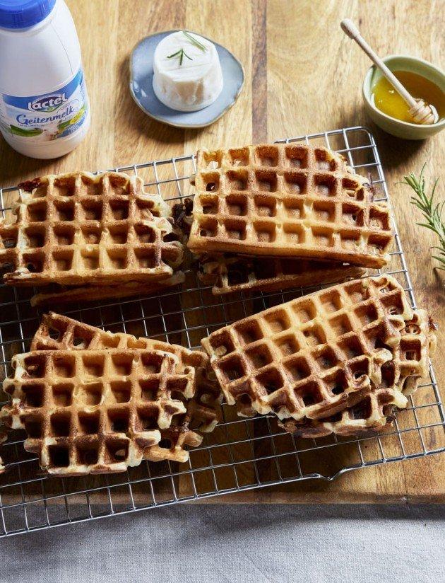 Hartige wafels met geitenkaas en honing